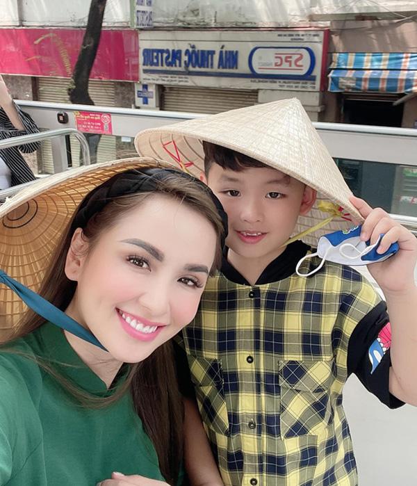 Diễm Hương và con trai đi xe buýt mui trần ngắm cảnh Sài Gòn. Ảnh: Nhân vật cung cấp.