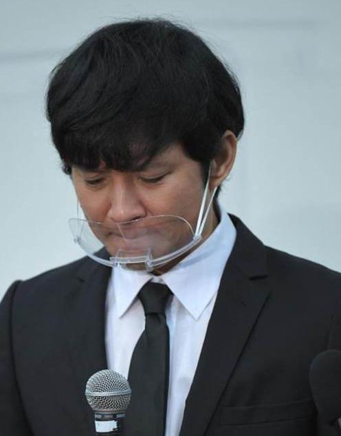 Ken Watabe xin lỗi tại họp báo cuối năm ngoái. Ảnh: