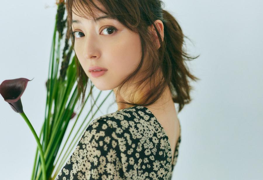 Nozomi Sasaki chụp ảnh quảng cáo cuối năm 2020. Ảnh: Intimite.