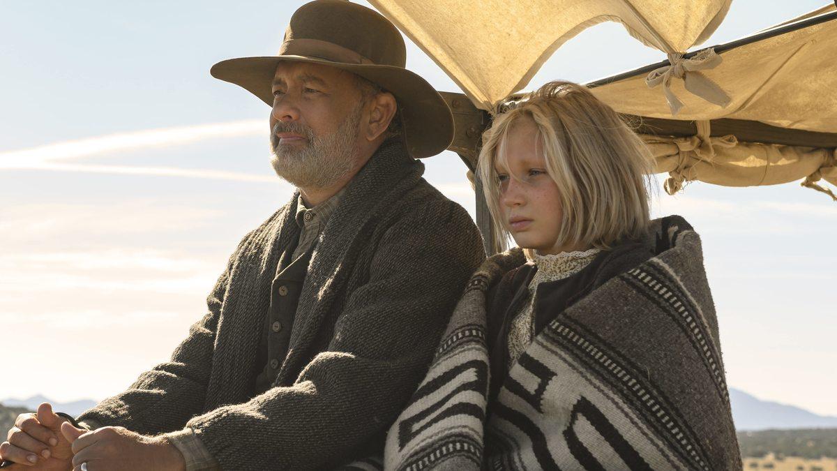 Nhân vật của Tom Hanks (trái) cùng vai Johanna đại diện hai thế hệ già - trẻ. Sự tương phản về hình thể và kinh nghiệm sống của bộ đôi khiến mạch truyện thêm phần hấp dẫn. Ảnh: Universal.