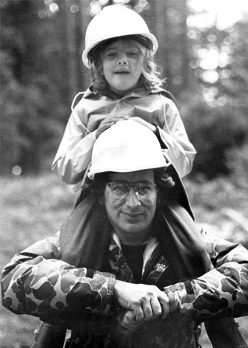 Đạo diễn Steven Spielberg (dưới) và diễn viên Drew Barrymore trên phim trường