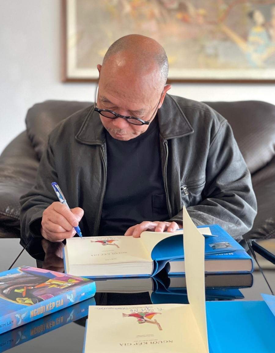 Họa sĩ Thành Chương ký tặng sách cho độc giả. Ảnh: DongAbooks.