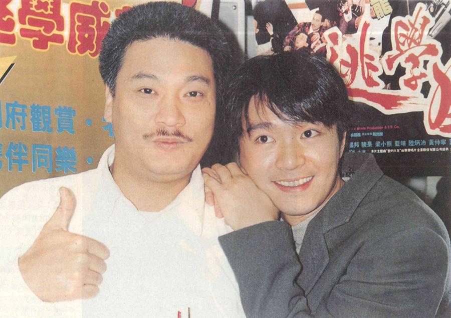 Ngô Mạnh Đạt (trái) và Châu Tinh Trì quảng bá Trường học uy long năm 1991. Ảnh: On.
