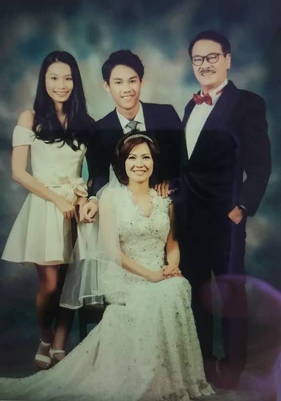 Ngô Mạnh Đạt bên Hầu Sam Yến và hai con. Hầu Sam Yến từng đoạt giải Á hậu cuộc thi Miss Malaysia. Ảnh: On.