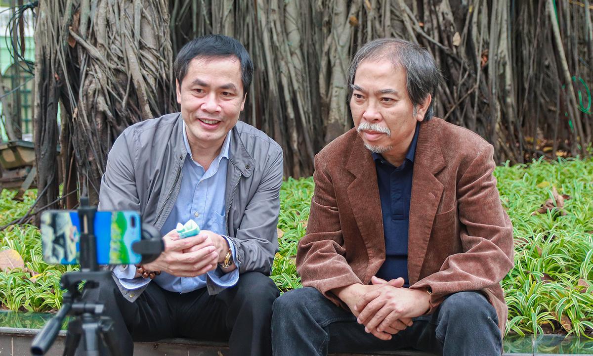 Nhà thơ Hữu Việt (trái) và Nguyễn Quang Thiều livestream giao lưu với độc giả. Ảnh: Vũ Mừng.