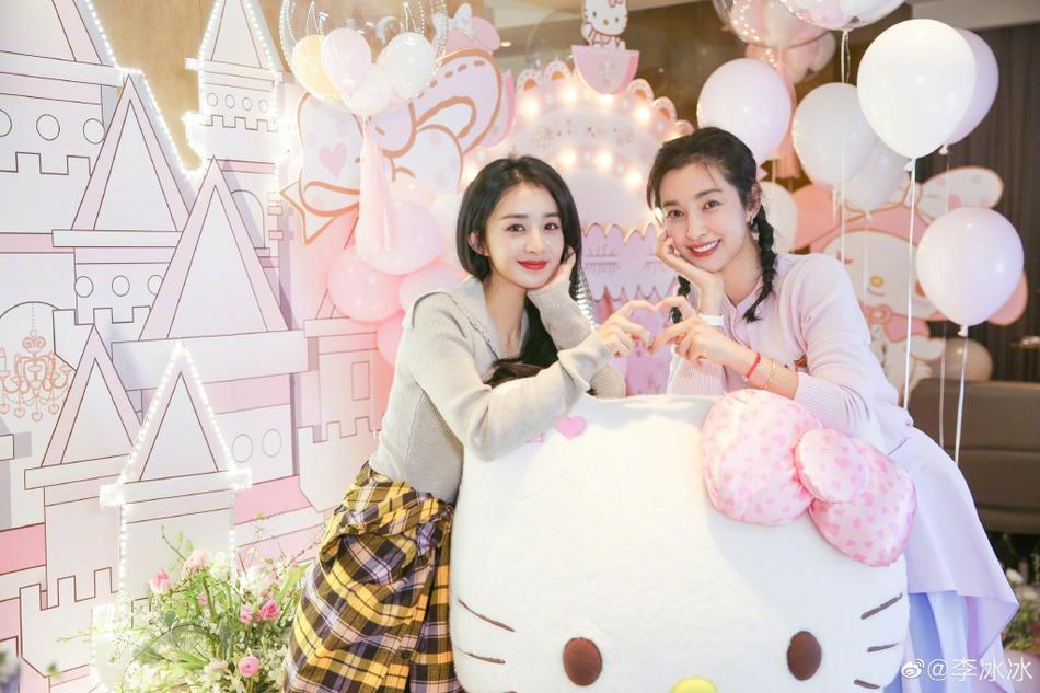 Triệu Lệ Dĩnh và Lý Băng Băng cùng một công ty quản lý. Theo Sina, ngoài đời, hai người thân thiết, chung vốn đầu tư một số dự án.