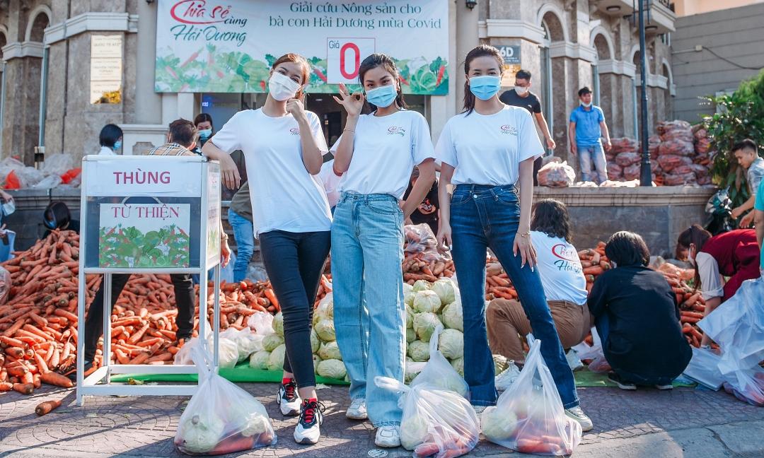 Từ trái sang: Á hậu Kiều Loan, Diễm Trang, Thúy An... hỗ trợ ngưới dân nhận rau củ. Ảnh: H.N.