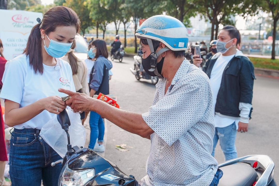 Á hậu Thúy An nhận tiền quyên góp từ một người dân. Ảnh: H.N.