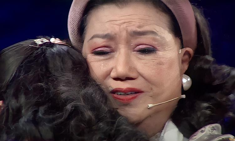Nghệ sĩ Kim Cương hội ngộ con gái nuôi sau 45 năm chị bị bắt cóc trong chuơng trình Như chưa hề có cuộc chia ly, tối 1/3. Ảnh: NCHCCCL.