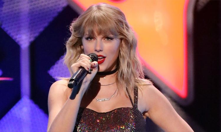 Ca sĩ Taylor Swift chỉ trích phim hài Ginny & Georgia. Ảnh: FilmMagic.