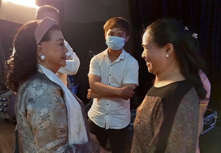 Nghệ sĩ Kim Cương (trái) và con nuôi Thương Thương trò chuyện sau khi kết thúc chương trình Như chưa hề có cuộc chia ly. Ảnh: Mai Nhật.
