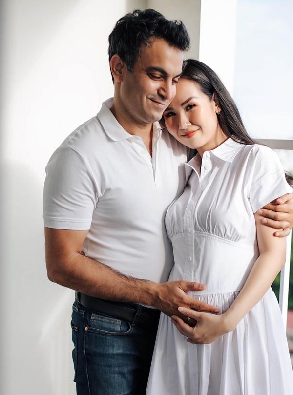 Võ Hạ Trâm mang bầu ở tháng thứ năm, hạnh phúc bên chồng (trái). Ảnh: Nhân vật cung cấp.