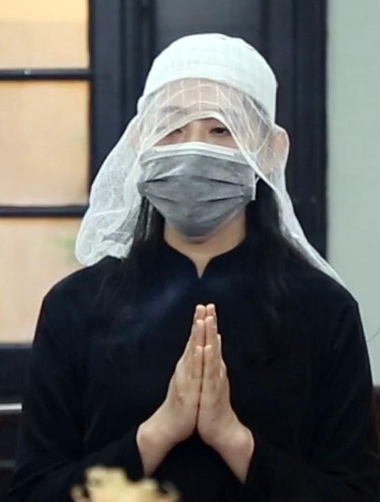 Con gái nghệ sĩ Văn Thành tại tang lễ của cha. Ảnh: Hoàng Huế.