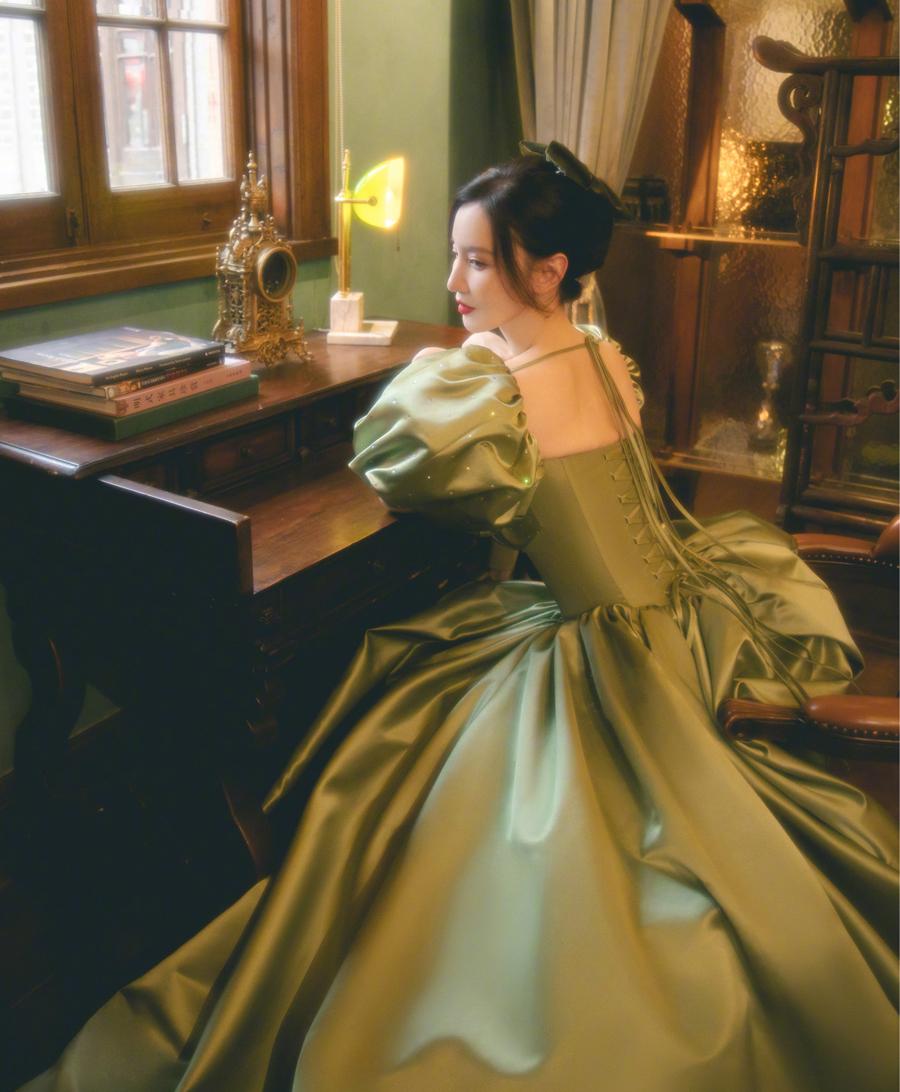 Trương Manh cố mặc bộ đầm dù chật. Ảnh: Weibo/Zhangmeng.