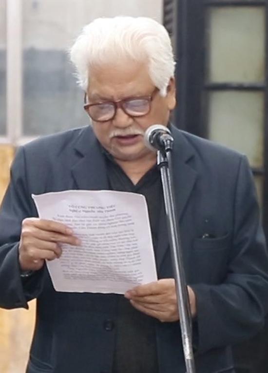 Nghệ sĩ Đức Trung đọc điếu văn tiễn biệt đồng nghiệp Văn Thành. Ảnh: Hoàng Huế.