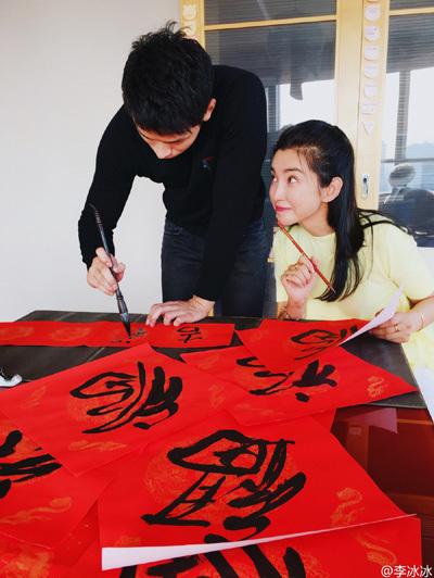 Băng Băng từng đăng trên trang cá nhân ảnh Hứa Văn Nam hướng dẫn cô viết thư pháp. Ảnh: Weibo/Libingbing.
