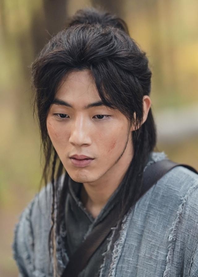 Ji Soo trong tạo hình nam chính phim Sông đón trăng lên. Ảnh: KBS2.