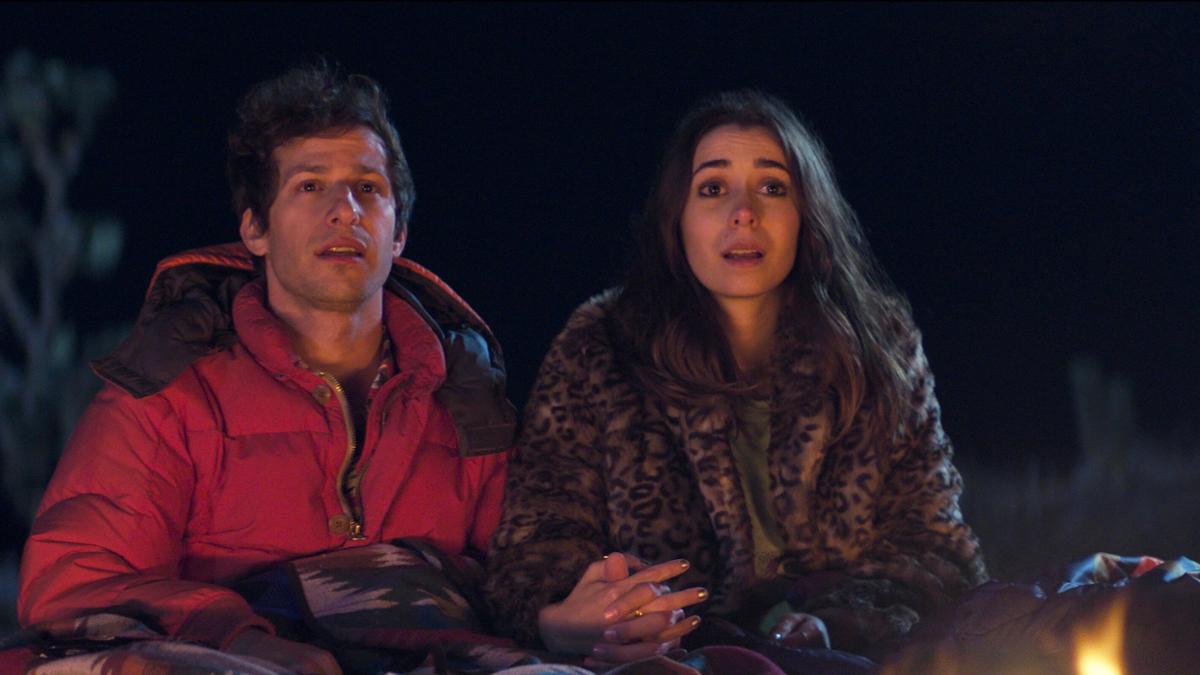 Nyles (Andy Samberg đóng) và nàng phù dâu bất đắc dĩ Sarah (Cristin Milioti đóng) có nhiều khoảnh khắc khôi hài bên nhau. Ảnh: Hulu.