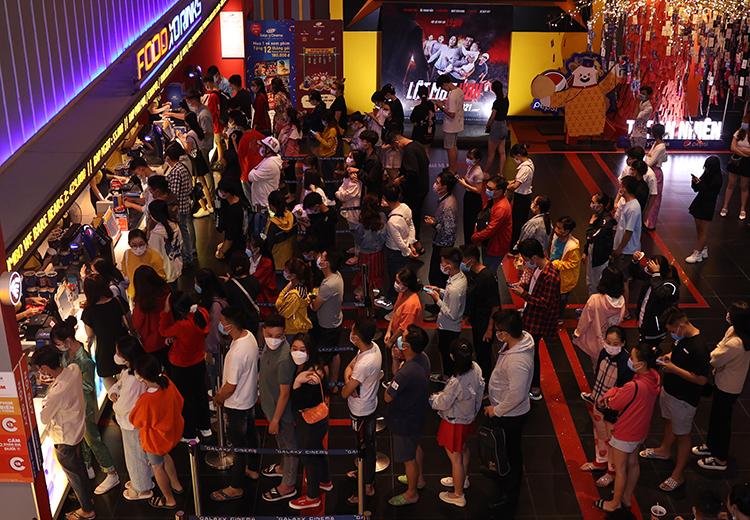 Khán giả xếp hàng mua vé Bố già tại một rạp ở quận 1, TP HCM hôm 8/3. Ảnh: Huyền Đỗ.