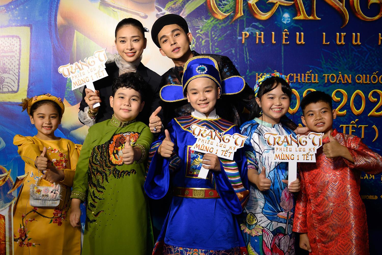 Ngô Thanh Vân cùng học trò Jun Phạm (áo dài đen) và dàn diễn viên nhí đóng phim Trạng Tí. Ảnh: Bá Ngọc.