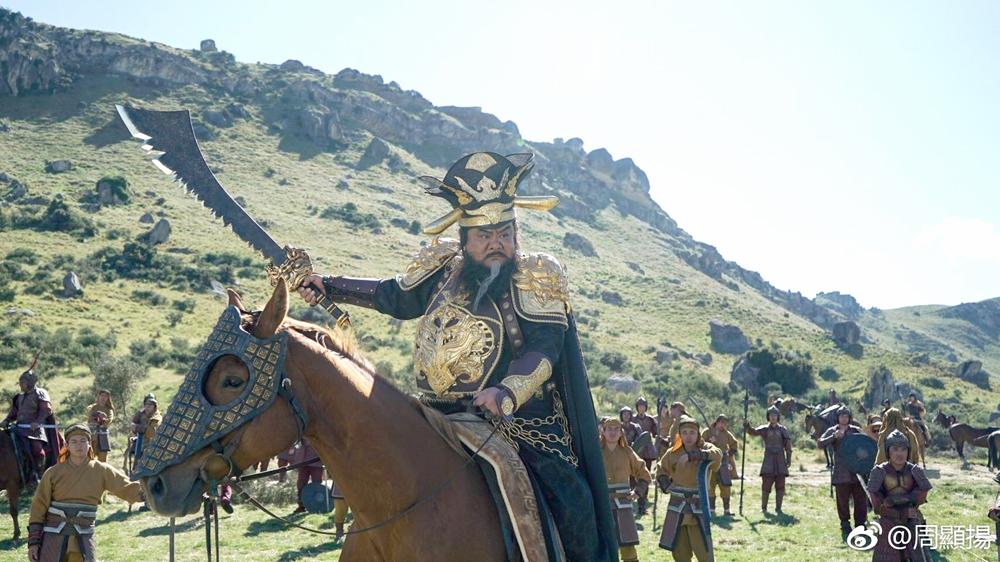 Tài tử Lâm Tuyết đóng Đổng Trác, vũ khí thường dùng là đao răng cưa. Lâm Tuyết sinh năm 1964, từng đóng Đao vương, Vua phá hoại, Thần ăn, Tuyệt đỉnh kungfu...
