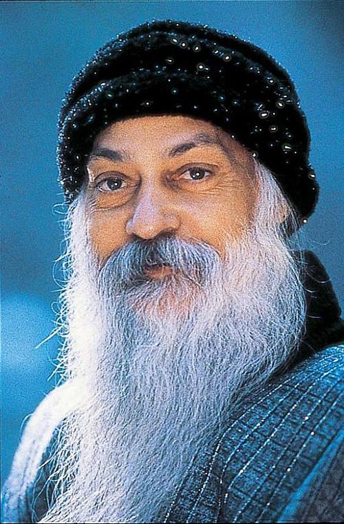 Thiền sư Osho sinh năm 1931 tại Ấn Độ. Ông khởi xướng phong trào thiền học đánh thức sự sống (Jivan Jagruti Adolan). Osho nói: Tình yêu là một bông hoa mong manh, tình yêu cần được bảo vệ, được chăm bón; chỉ có như vậy tình yêu mới trở nên mạnh mẽ, Ảnh: Osho.com.