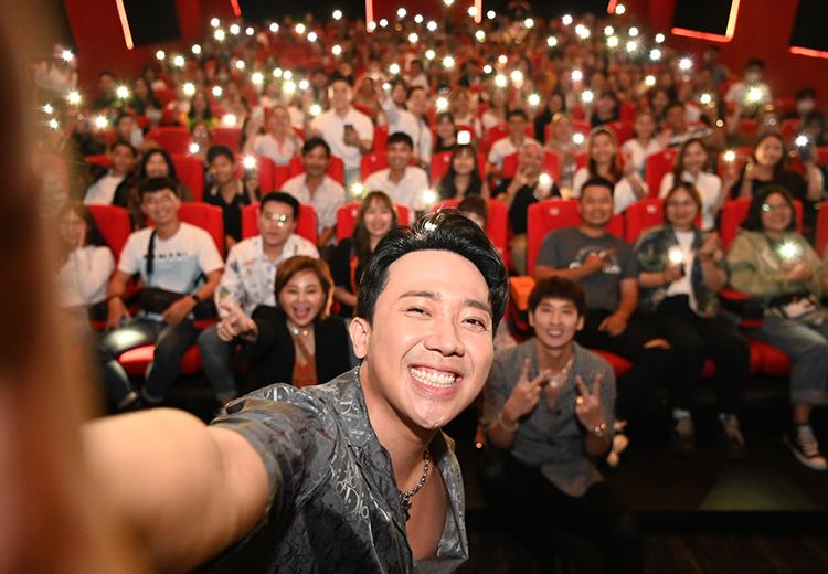 Trấn Thành cùng đoàn làm phim giao lưu tại Đà Nẵng hôm 13/3. Ảnh: Huyền Nguyễn/
