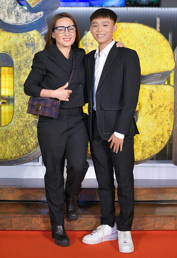 Phi Nhung và Hồ Văn Cường đi xem phim Bố già hồi ngày 5/3 tại TP HCM. Ảnh: Thanh Huyền.