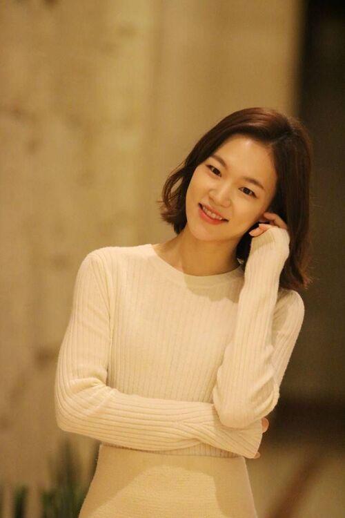 Han Ye Ri sinh ngày 23/12/1984 tại Jecheon, Hàn Quốc. Thời gian đầu sự nghiệp, cô chủ yếu đóng phim ngắn và phim độc lập. Cô gây chú ý qua vai thứ chính trong As One (2012), diễn cùng Ha Ji Won. Từ 2013, Han Ye Ri tham gia vào nhiều phim điện ảnh lớn, đề tài kịch tính, như Commitment (2013) và Haemoo (2014). Vai chính phim Worst Woman là điểm sáng trong sự nghiệp của Han Ye Ri, mang đến cho cô đề cử Giải Rồng Xanh 2016, hạng mục Nữ chính xuất sắc. Ảnh: pinterest - Han Ye Ri.