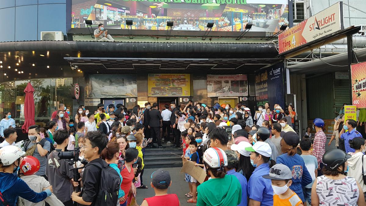 Khán giả chờ mua vé và giao lưu êkíp Bố già ở Đà Nẵng hôm 13/3. Ảnh: Đỗ Huyền.