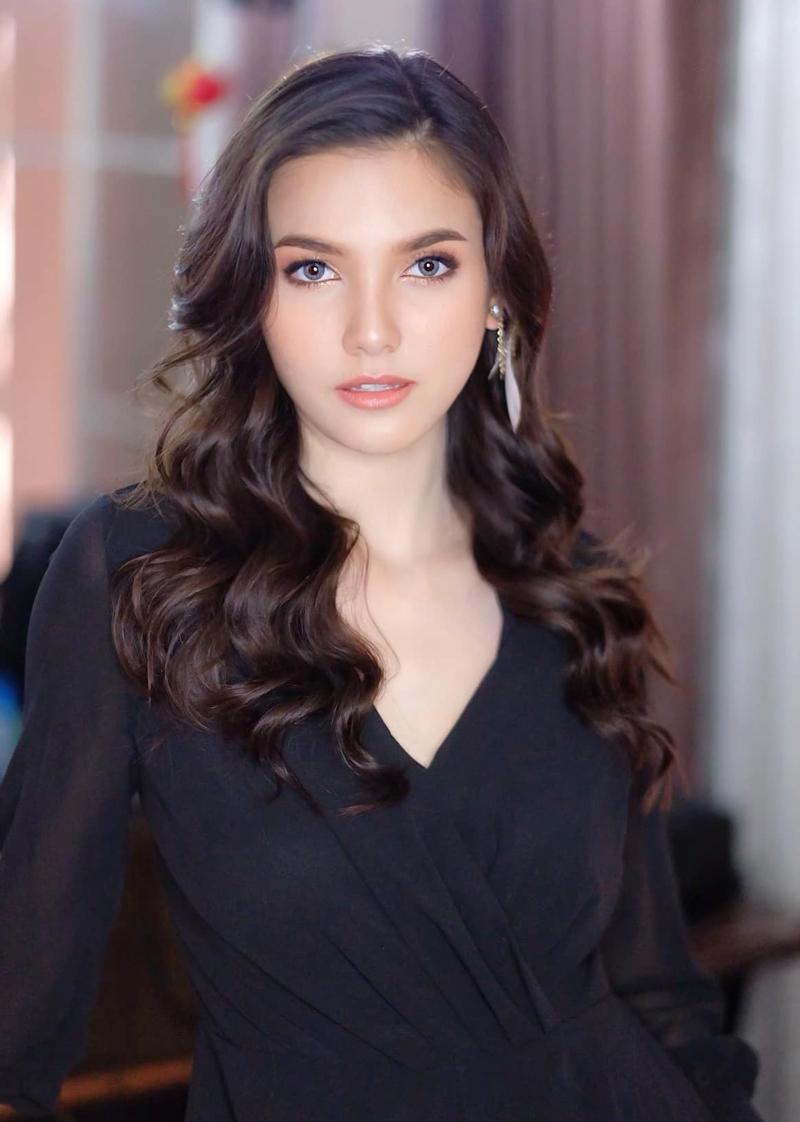 Trước Miss Universe, cô thi Hoa hậu Lào năm 2012 và đoạt vương miện hoa hậu.