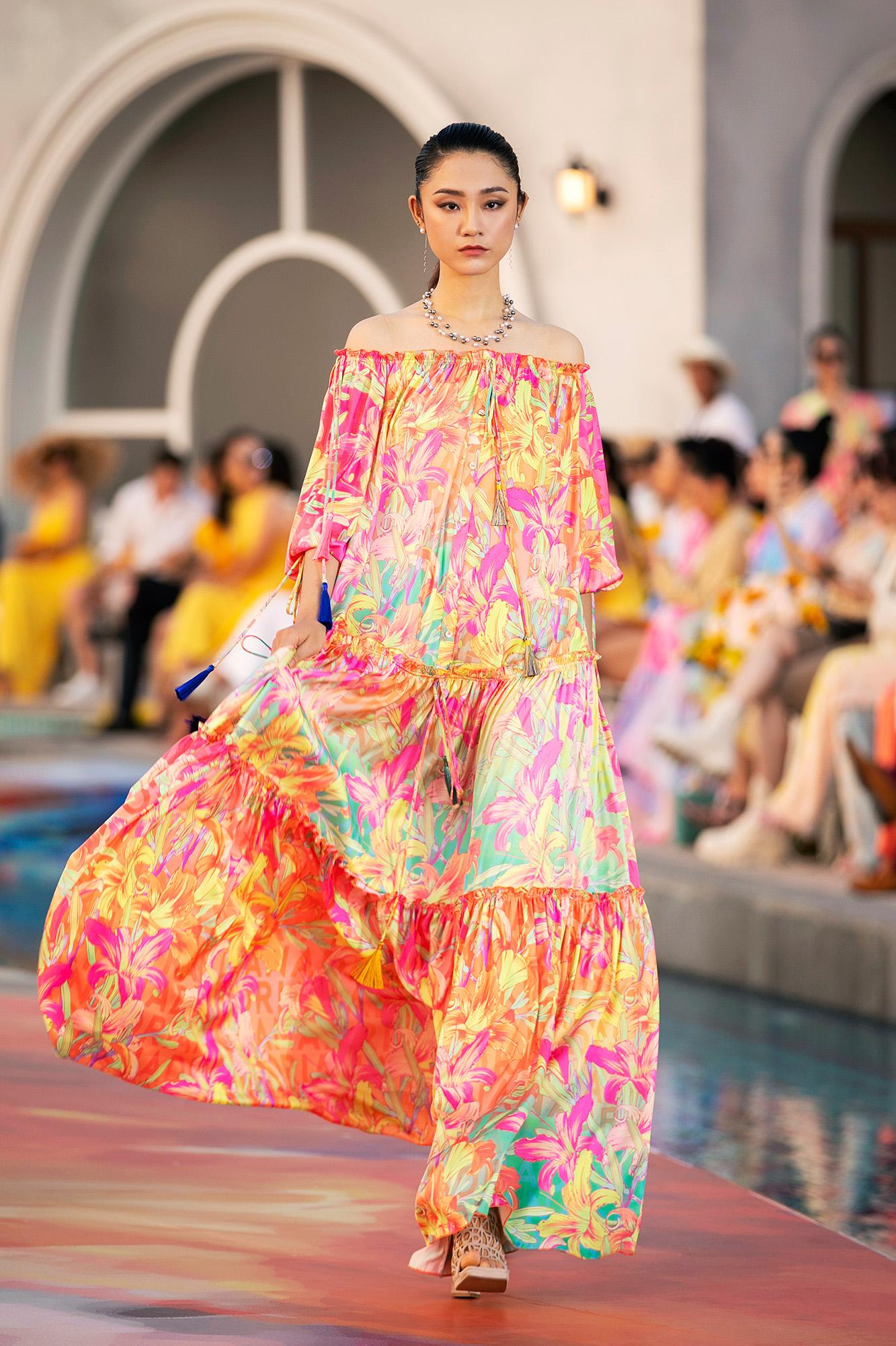 Người mẫu Trà My - Á quân Vietnams Next Top Model 2011 - nổi bật với đầm hoạ tiết hoa màu nổi.
