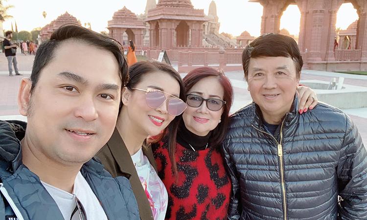 Vợ chồng Bảo Quốc bên con gái và con rể. Ảnh: Lữ Hồng Loan.
