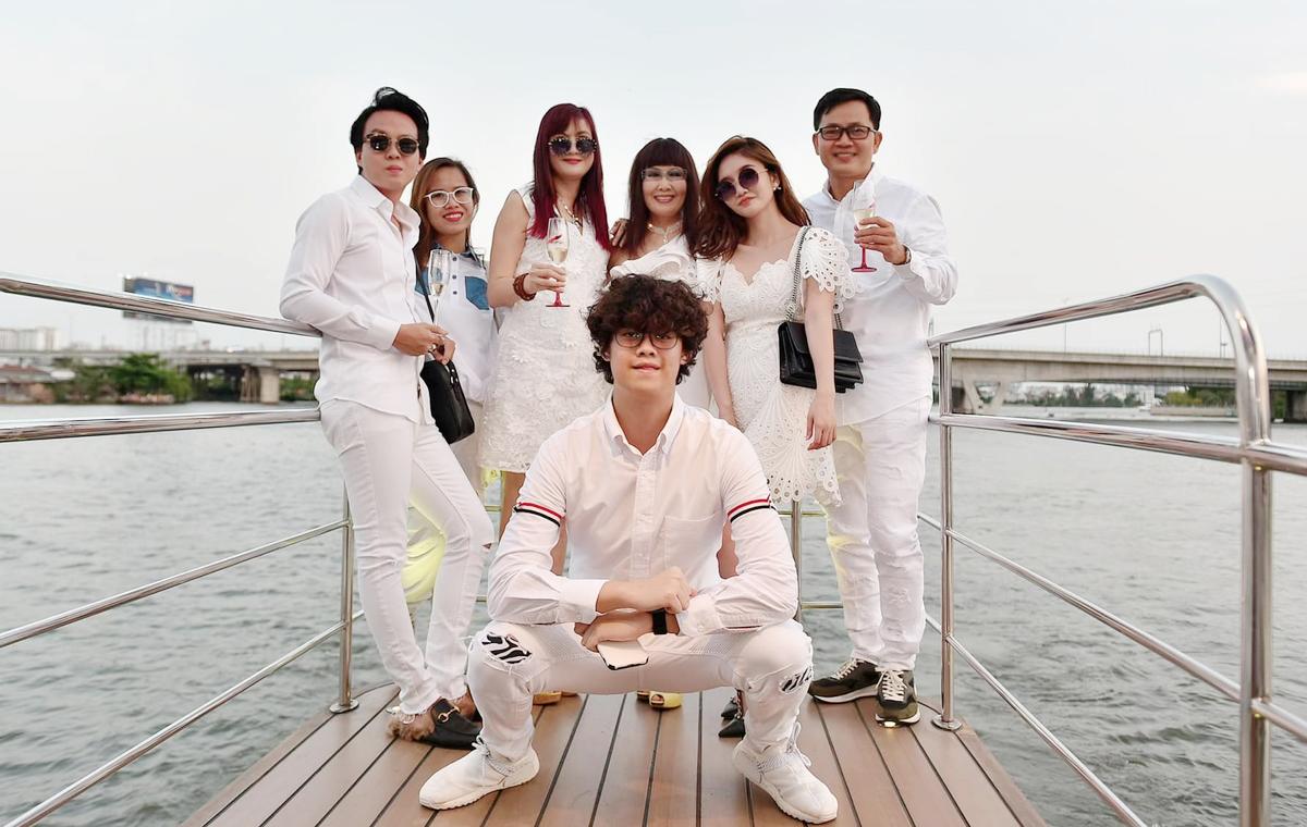 Con trai Hiền Mai (giữa) bên bạn bè của mẹ. Ảnh: Nhân vật cùng cấp.