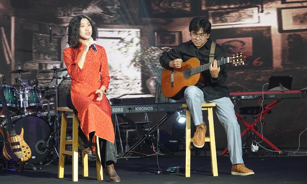 Hoàng Trang biểu diễn nhạc Trinh với guitar. Ảnh: Music Home.