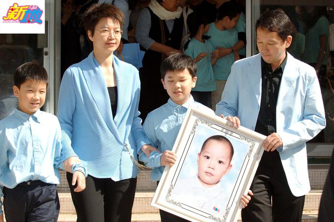 Gia đình Liêu Khải Trí bên di ảnh con trai út năm 2006. Ảnh: On.