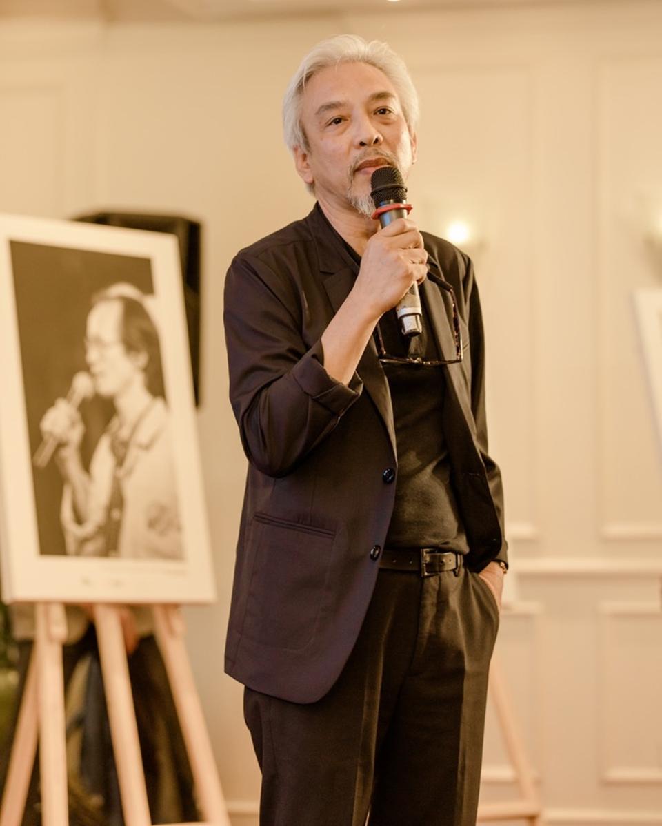 Nhiếp ảnh gia Dương Minh Long rơi nước mắt khi nhắc về những kỷ niệm với cố nhạc sĩ Trịnh Công Sơn. Ảnh: Êkíp VNG.