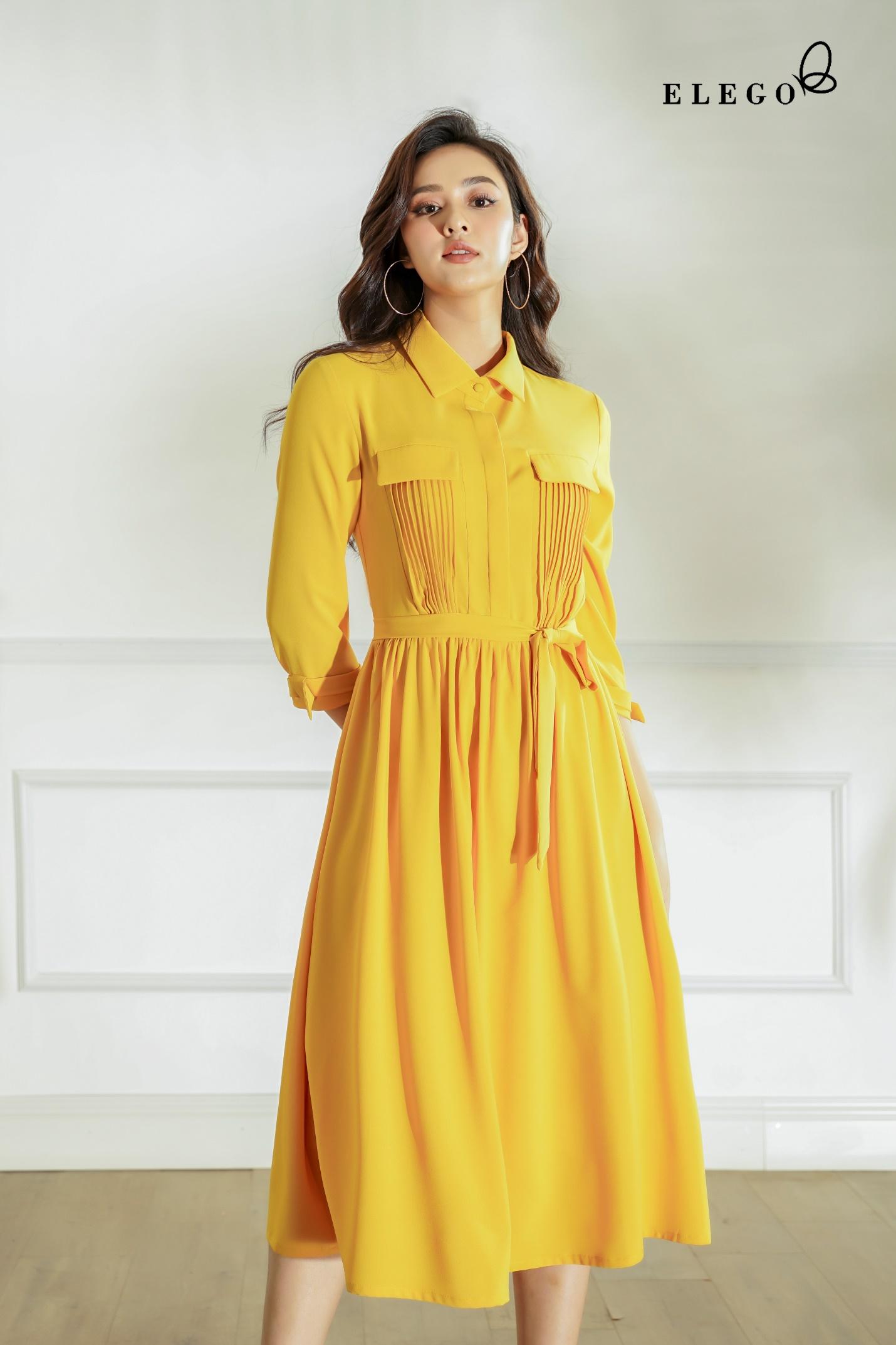 Đầm vàng cách điệu nhấn vào những đường xếp ly tôn vẻ thanh lịch. Thiết kế có gam vàng nổi bật - màu sắc chủ đạo của năm 2021.