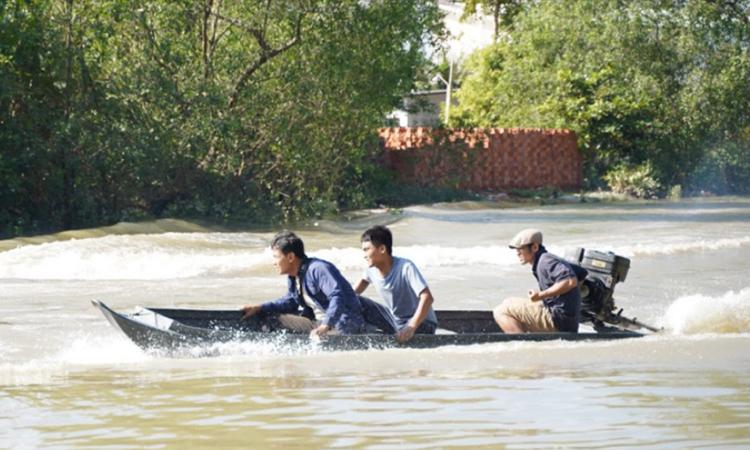 Võ Thành Tâm, Mạc Văn Khoa và Lý Hải (từ trái qua) đóng cảnh hành động trên sông. Ảnh: CGV.