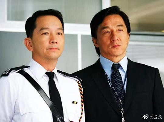 Thành Long (phải) và Liêu Khải Trí trong Câu chuyện cảnh sát 2004. Ảnh: Weibo/Chenglong.