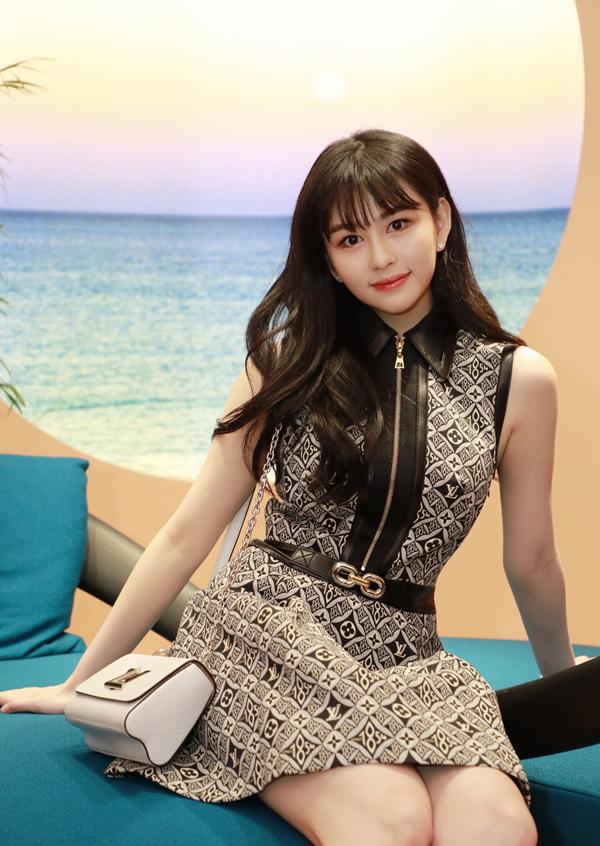 Thẩm Nguyệt học ở Anh, về Hong Kong và học online do dịch. Thi thoảng, cô chụp ảnh cho các thương hiệu thời trang, tạp chí. Cô sinh năm 2001, hồi nhỏ hiếm khi xuất hiện công khai vì cha mẹ muốn cô có tuổi thơ bình thường. Từ khi 18 tuổi, Thẩm Nguyệt bắt đầu làm người mẫu.