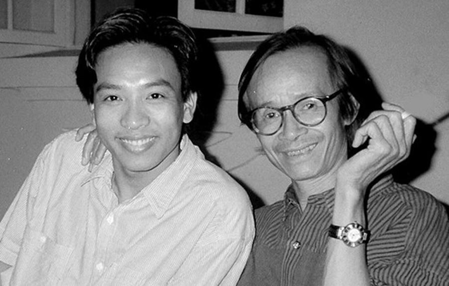 Nhiếp ảnh gia Dương Minh Long và Trịnh Công Sơn tại nhà riêng của nhạc sĩ. Ảnh: Dương Minh Long cung cấp.