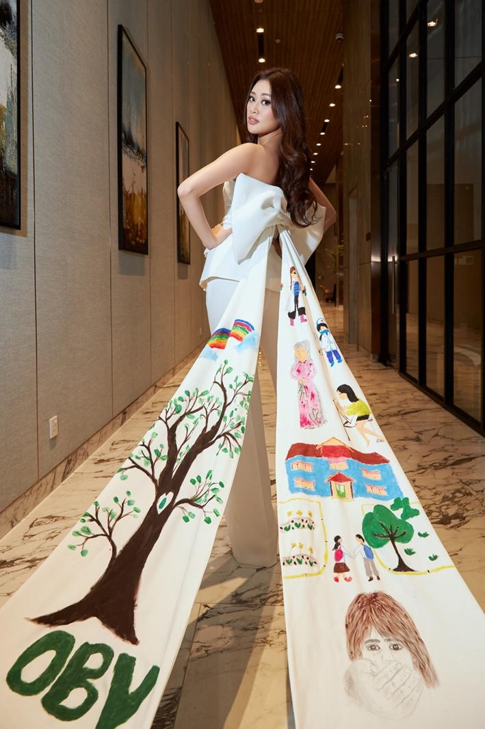 Bộ vest trắng nhằm khắc hoạ rõ nét những đặc điểm nổi bật ấy của Khánh Vân: vẻ ngoài ngọt ngào, dịu dàng nhưng bên trong là cô gái vô cùng bản lĩnh, mạnh mẽ. Màu trắng còn đại diện cho sự tinh khiết và trang trọng, thể hiện nét đẹp duyên dáng của người phụ nữ Việt Nam.