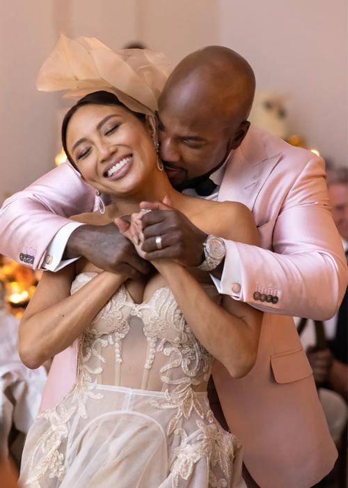 Jeannie Mai (trái) và rapper Jeezy trong đám cưới hôm 27/3. Ảnh: Vogue.