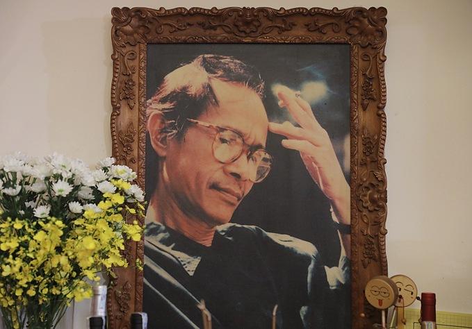 Sinh thời, nhạc sĩ Trịnh Công Sơn thích những đồ chơi nhỏ xinh. Người thân đặt hai chiếc trống con bên di ảnh ông.