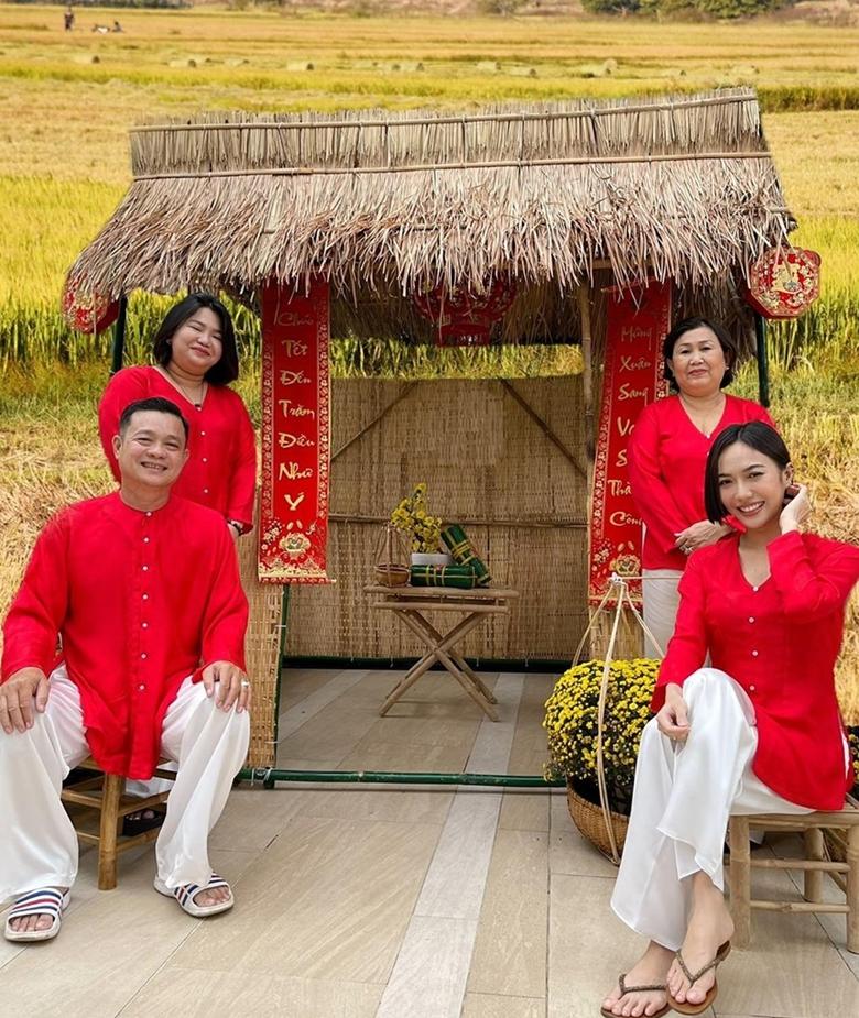 Diệu Nhi thích đặt may đồ chung cho cả nhà để chụp ảnh lưu niệm những dịp Lễ, Tết. Ảnh: Diệu Nguyên.