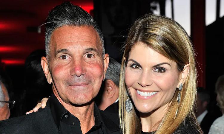 Mossimo Giannulli (trái) và vợ Lori Loughlin. Ảnh: Fox News.