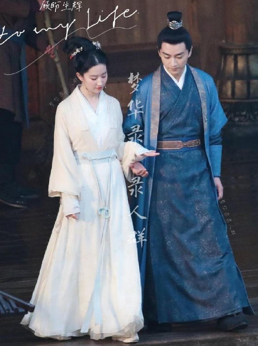 Lưu Diệc Phi (trái) và Trần Hiếu trên phim trường. Ảnh: Sina.