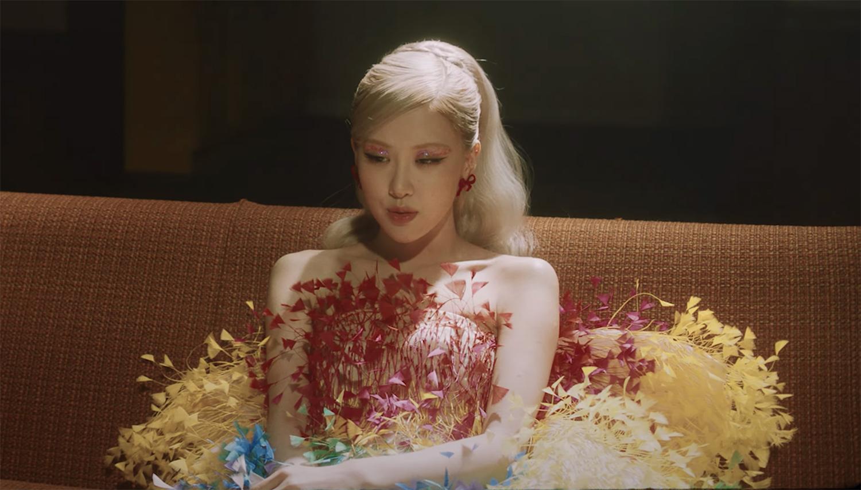 Rosé diện đầm lông vũ của Công Trí trong MV Gone. Ảnh: Blackpink.
