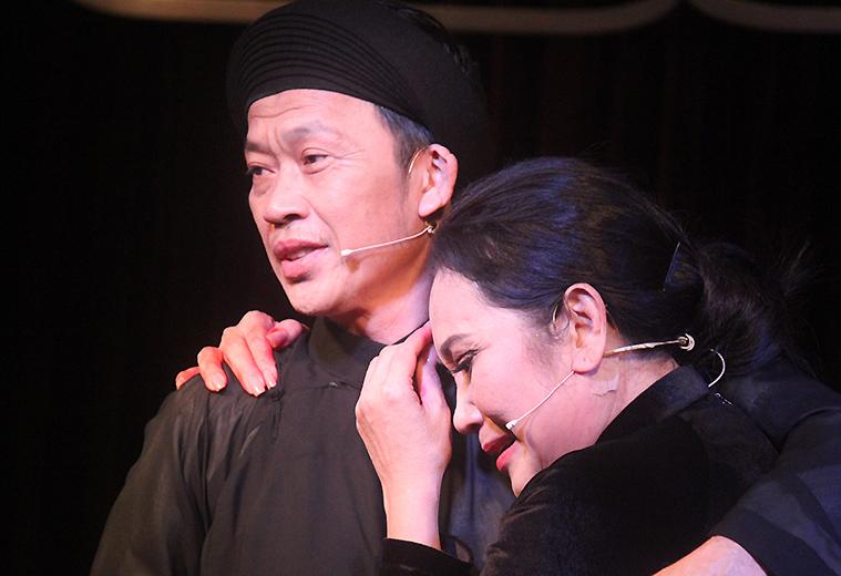 Thanh Hằng ôm Hoài Linh sau khi đêm diễn thành công. Ảnh: Mai Nhật.
